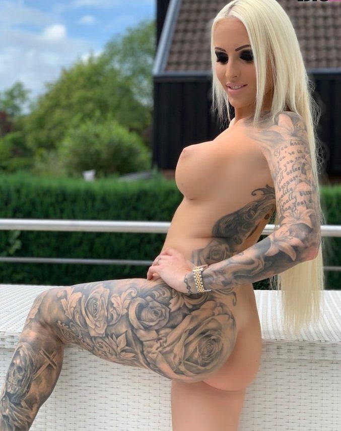 Tight Tini nackt auf ihrem Balkon