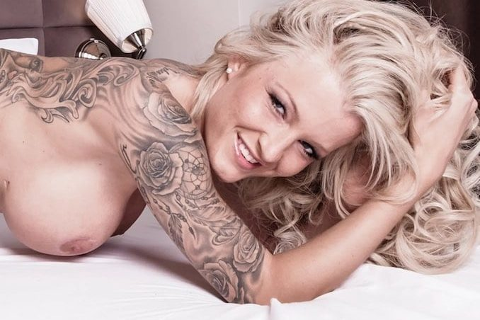 Tattoo Model RoxxyX exklusiv bei LiveStrip